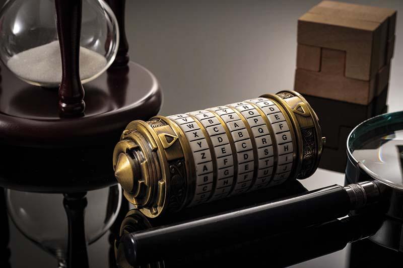 Timeglas, forstørrelsesglas og udfordringer samlet på et bord