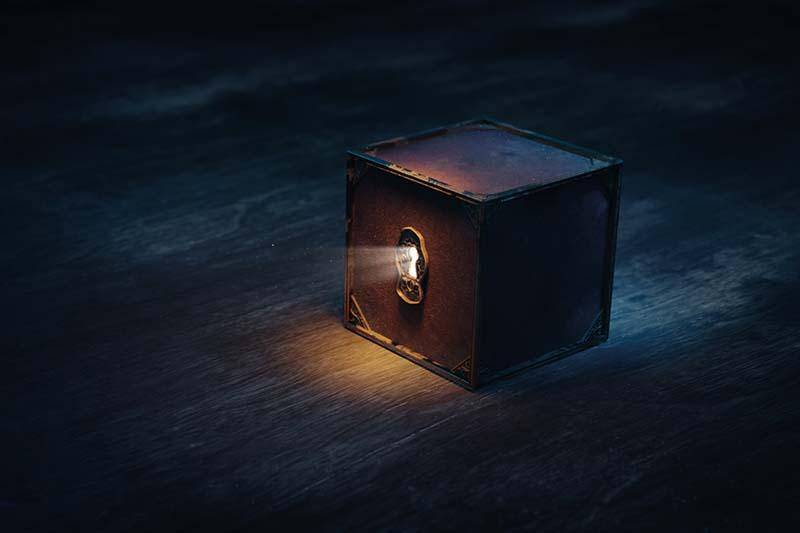 Escape room med en mystisk mørk kasse med lys ud af et nøglehul